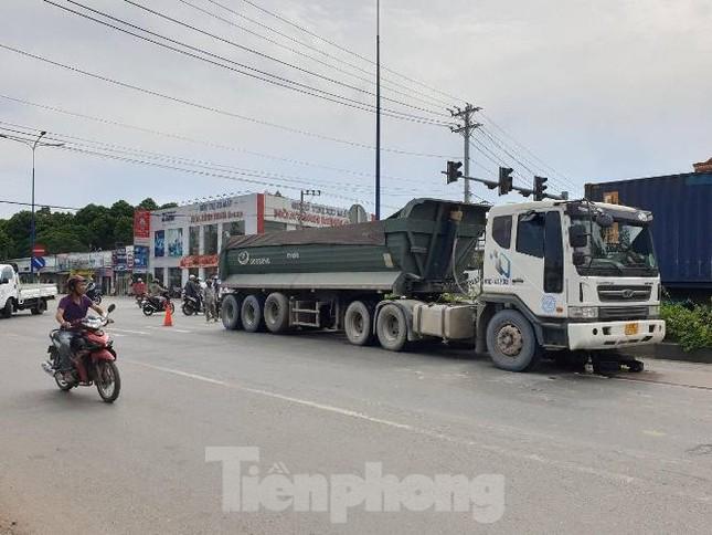 Xe tải 'nuốt chửng' xe máy ở Bình Dương, hai người thương vong ảnh 2