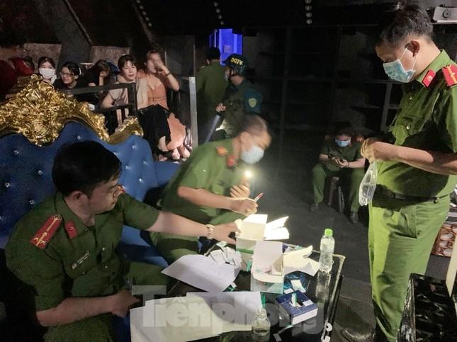 Đột kích quán bar ở Bình Dương, phát hiện hàng chục nam nữ phê ma túy ảnh 1