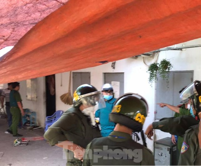 Hàng chục cảnh sát khống chế thanh niên ôm bình gas đòi 'tự sát chung' cùng cả xóm trọ ảnh 1