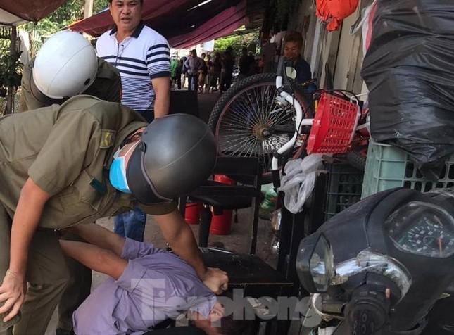 Hàng chục cảnh sát khống chế thanh niên ôm bình gas đòi 'tự sát chung' cùng cả xóm trọ ảnh 2