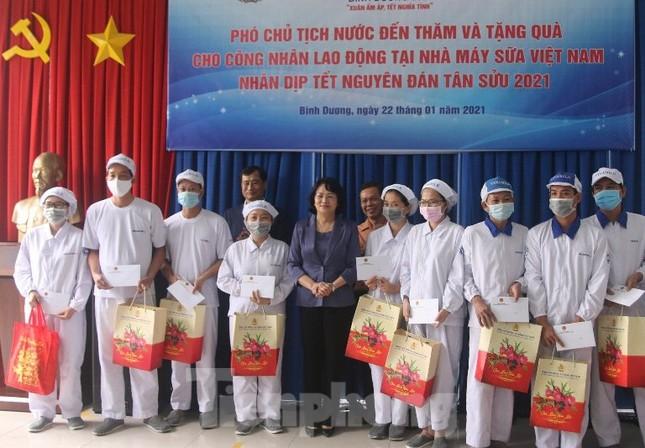 Phó Chủ tịch nước Đặng Ngọc Thịnh tặng quà cho công nhân ở Bình Dương ảnh 1