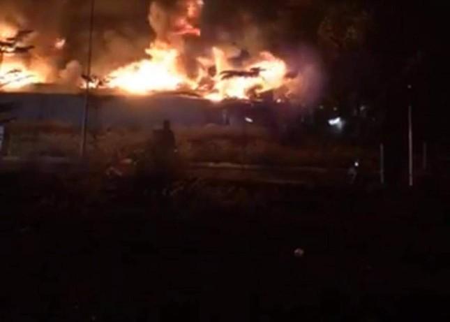 Công ty gỗ ở Bình Dương cháy rừng rực trong đêm ảnh 2