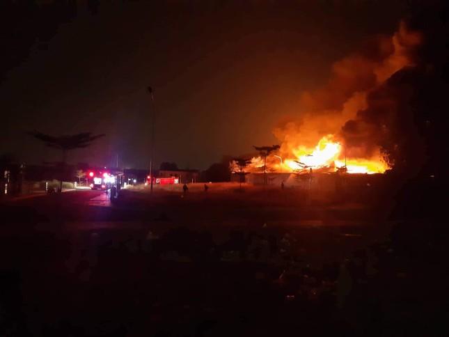 Công ty gỗ ở Bình Dương cháy rừng rực trong đêm ảnh 1