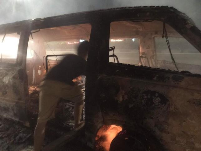 Xe ô tô bốc cháy ngùn ngụt khi đang lưu thông ảnh 1