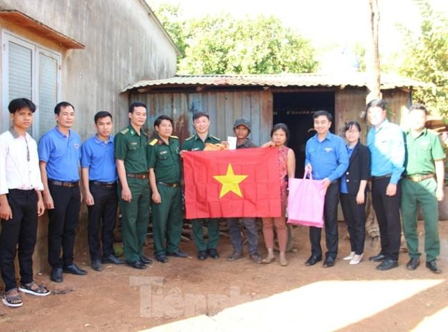 Tuổi trẻ Bình Phước hỗ trợ dân vùng biên, tiếp nước, vá xe cho người vể quê ảnh 1