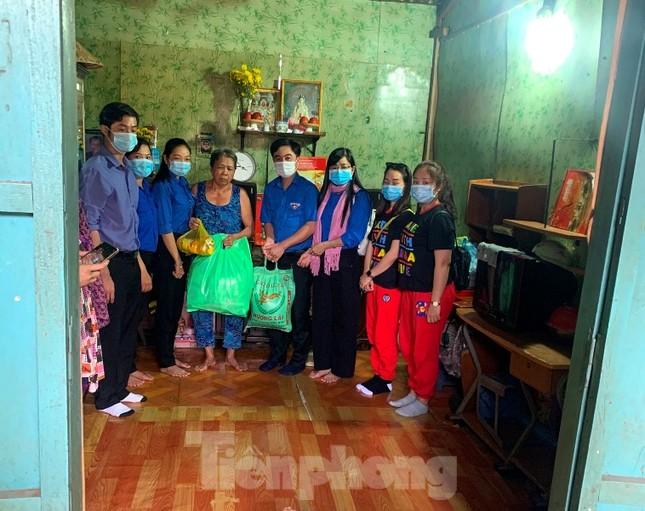 Tuổi trẻ Bình Phước hỗ trợ dân vùng biên, tiếp nước, vá xe cho người vể quê ảnh 3