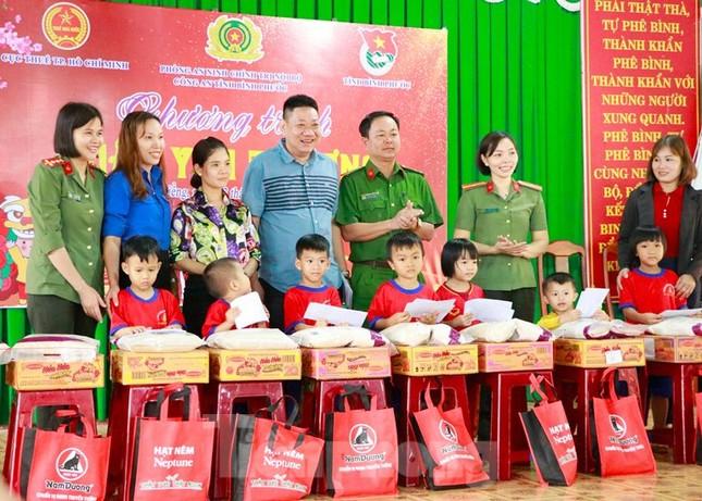 Tuổi trẻ Bình Phước hỗ trợ dân vùng biên, tiếp nước, vá xe cho người vể quê ảnh 4