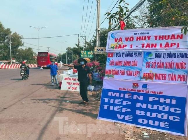 Tuổi trẻ Bình Phước hỗ trợ dân vùng biên, tiếp nước, vá xe cho người vể quê ảnh 5