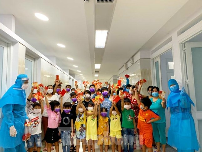 Hơn 100 trẻ em rời khu cách ly ở Bình Dương về nhà ngày mùng 3 Tết ảnh 4
