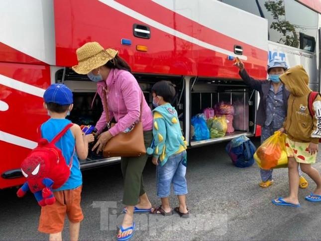 Hơn 100 trẻ em rời khu cách ly ở Bình Dương về nhà ngày mùng 3 Tết ảnh 7