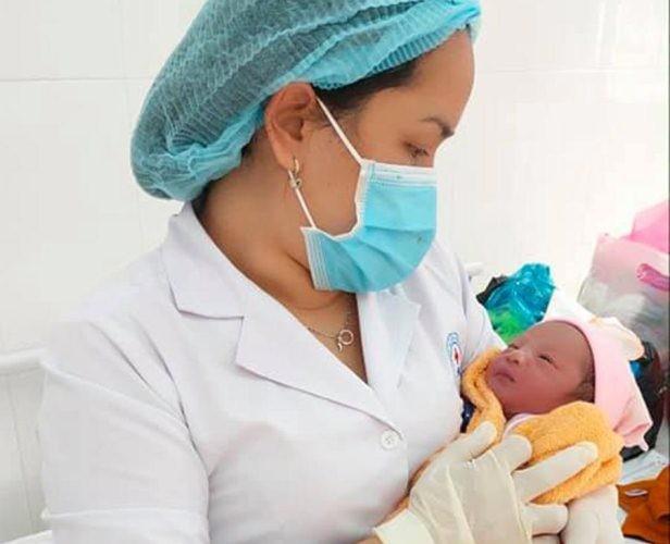 Bé sơ sinh bị bỏ rơi trong túi nilon đặt trước cửa nhà dân ảnh 1