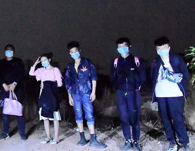 Bàn giao 11 người Trung Quốc nhập cảnh trái phép cho công an xử lý ảnh 4