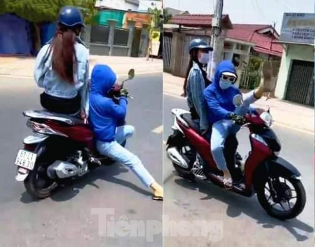 'Cô gái' đi xe máy diễn xiếc trên đường bị công an triệu tập ảnh 1