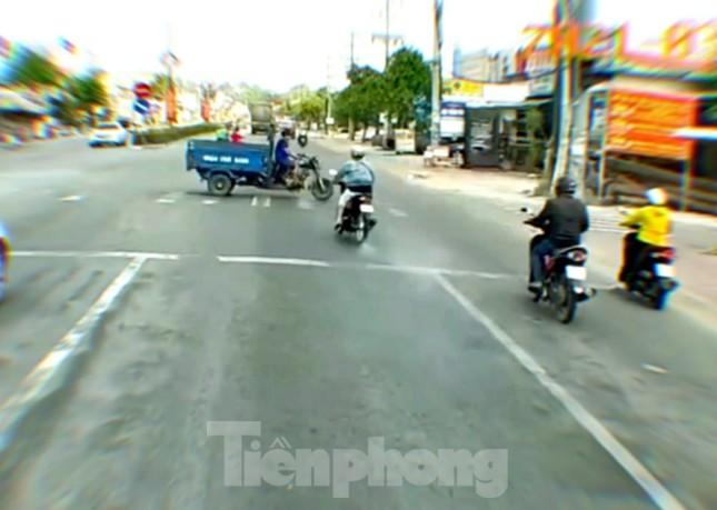 Cô gái điều khiển mô tô vượt đèn đỏ tông lật xe ba gác ảnh 1