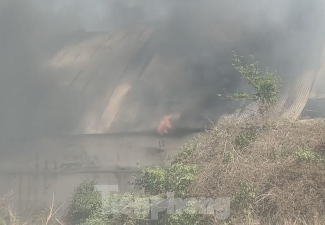 Khói lửa bao trùm nhà xưởng công ty may mặc ở Bình Dương ảnh 1