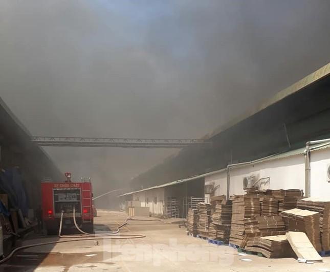Khói lửa bao trùm nhà xưởng công ty may mặc ở Bình Dương ảnh 3