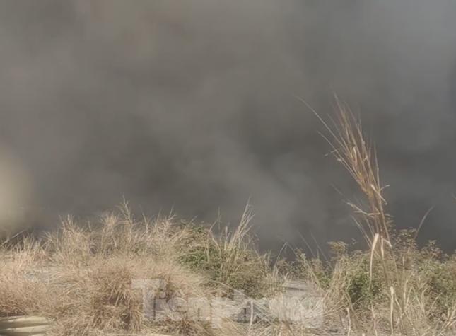 Khói lửa bao trùm nhà xưởng công ty may mặc ở Bình Dương ảnh 2
