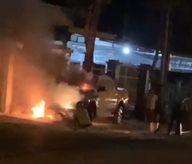 Ô tô bán tải tông xe máy bốc cháy dữ dội, 2 người thương vong ảnh 1