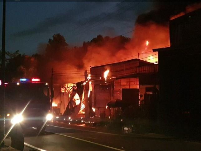 Cháy lớn ở Bình Dương, lửa bao trùm nhiều nhà xưởng, ki ốt ảnh 2