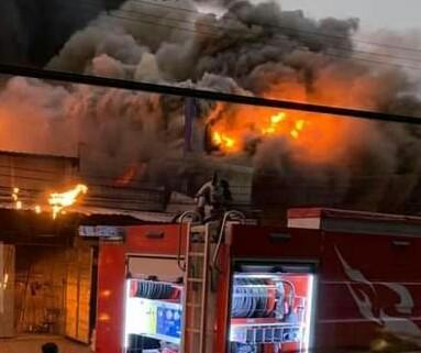 Cháy lớn ở Bình Dương, lửa bao trùm nhiều nhà xưởng, ki ốt ảnh 1