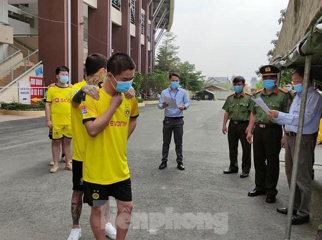 Một người Trung Quốc cưa cửa bệnh viện trốn cách ly ảnh 1