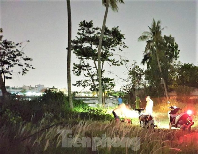 Phát hiện thi thể nam giới đang phân hủy trên sông Sài Gòn ảnh 1