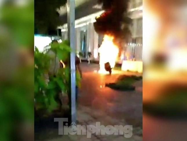 Khách chạy tán loạn khi xe máy trong nhà hàng tiệc cưới bốc cháy ảnh 2