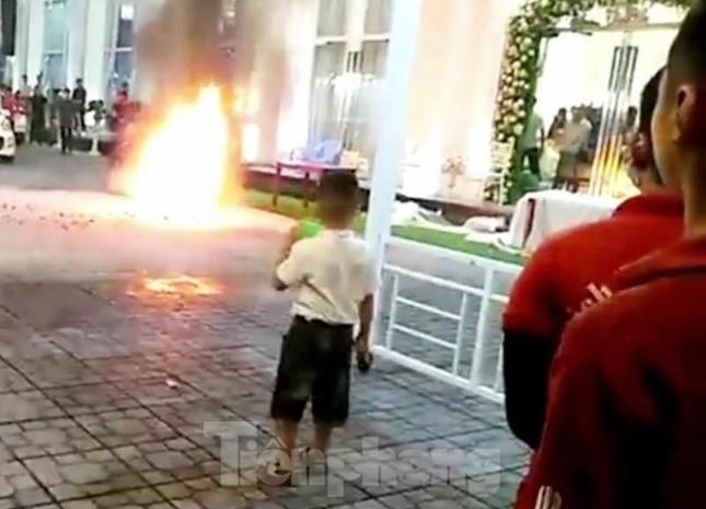 Khách chạy tán loạn khi xe máy trong nhà hàng tiệc cưới bốc cháy ảnh 1