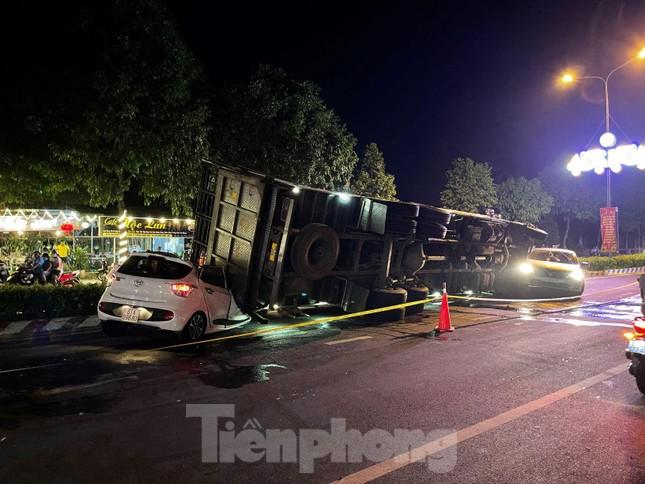 Xe tải chở heo đè bẹp xe du lịch, cha ôm con nhảy ghế sau thoát chết ảnh 2