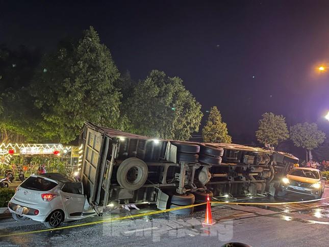 Xe tải chở heo đè bẹp xe du lịch, cha ôm con nhảy ghế sau thoát chết ảnh 1