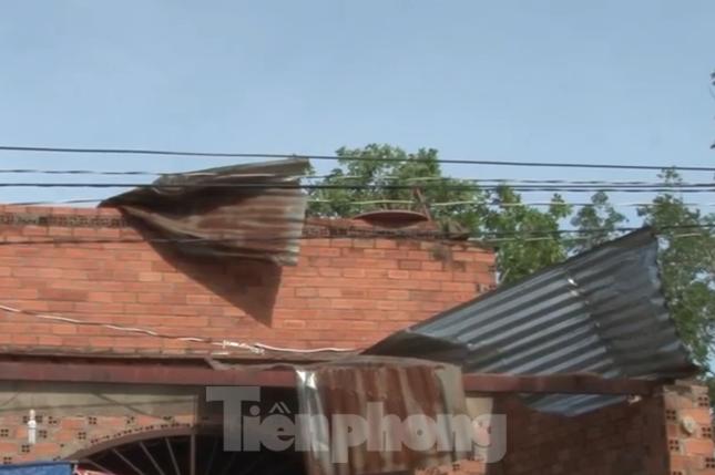 Bình Dương, Bình Phước mưa lớn làm hàng chục căn nhà bay mái, cột điện đổ sập ảnh 1