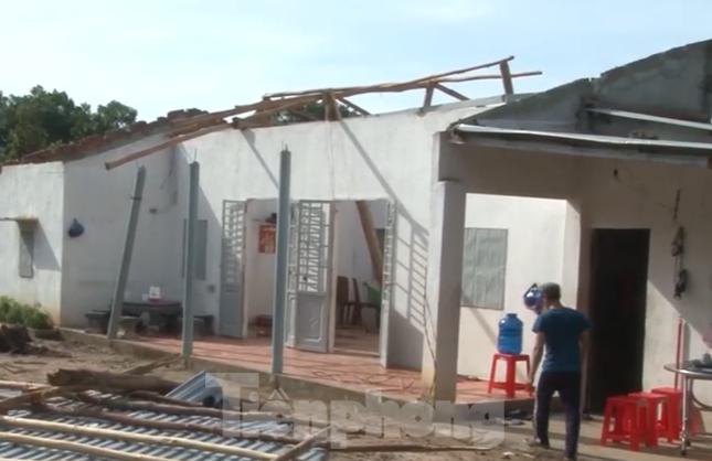 Bình Dương, Bình Phước mưa lớn làm hàng chục căn nhà bay mái, cột điện đổ sập ảnh 2