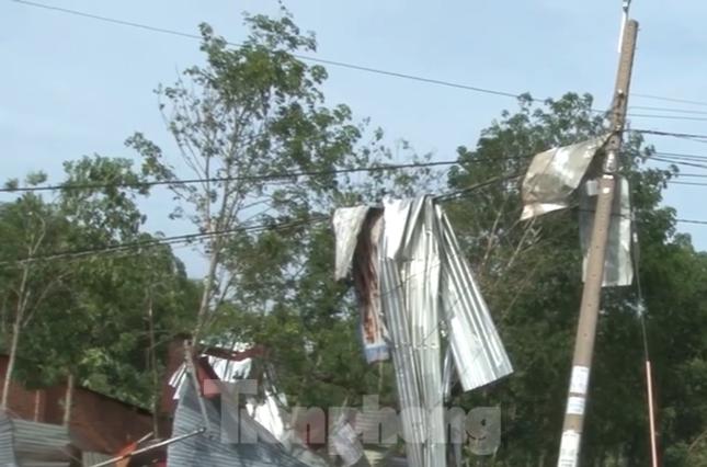 Bình Dương, Bình Phước mưa lớn làm hàng chục căn nhà bay mái, cột điện đổ sập ảnh 5