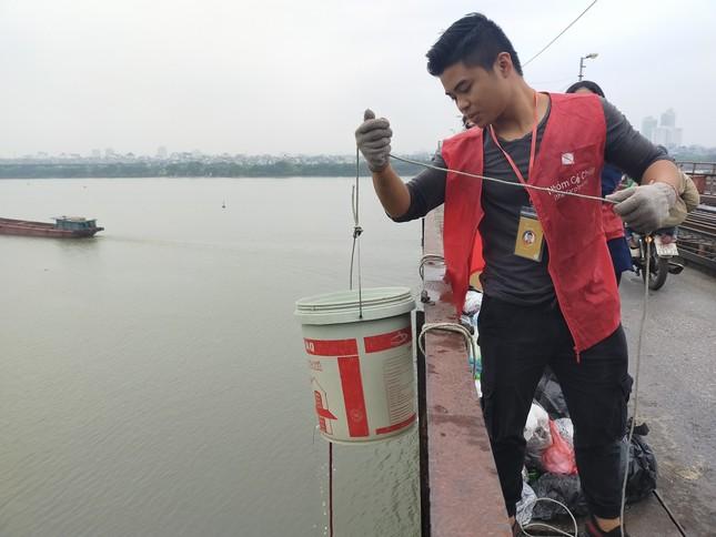 Bạn trẻ thiết kế 'thang máy' thả cá chép trong ngày ông Công ông Táo ảnh 1