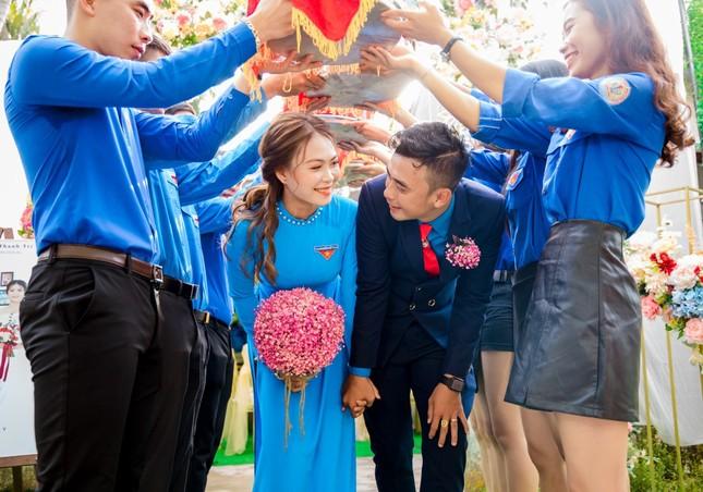 Ảnh cưới độc đáo của cô dâu chú rể là cán bộ Đoàn ảnh 1