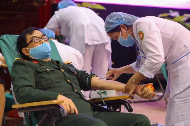 Tưng bừng ngày hội hiến máu 'Màu áo xanh trao giọt hồng yêu thương' ảnh 9
