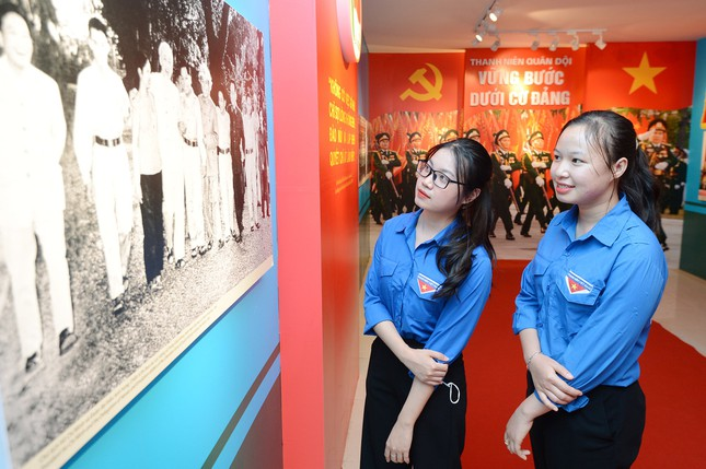 Triển lãm tài liệu, hình ảnh về 'Thanh niên Quân đội vững bước dưới cờ Đảng' ảnh 3