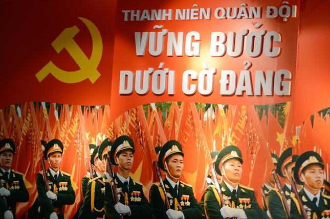 Triển lãm tài liệu, hình ảnh về 'Thanh niên Quân đội vững bước dưới cờ Đảng' ảnh 1