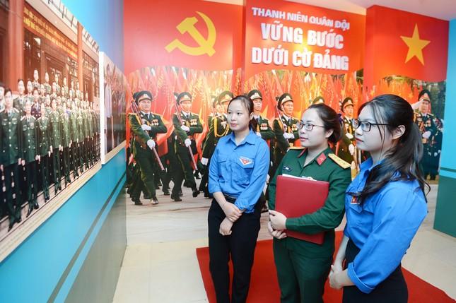 Triển lãm tài liệu, hình ảnh về 'Thanh niên Quân đội vững bước dưới cờ Đảng' ảnh 2