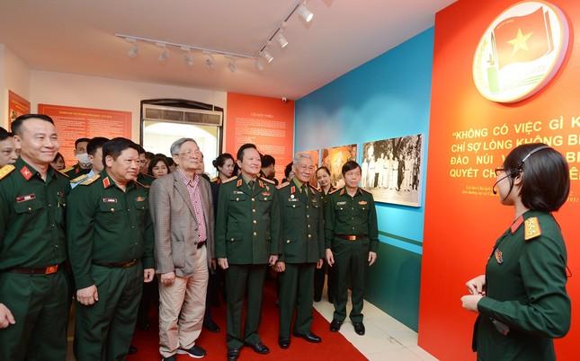 Triển lãm tài liệu, hình ảnh về 'Thanh niên Quân đội vững bước dưới cờ Đảng' ảnh 5