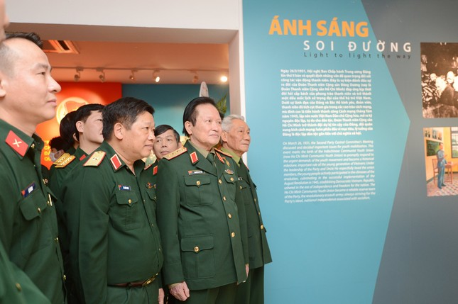 Triển lãm tài liệu, hình ảnh về 'Thanh niên Quân đội vững bước dưới cờ Đảng' ảnh 4