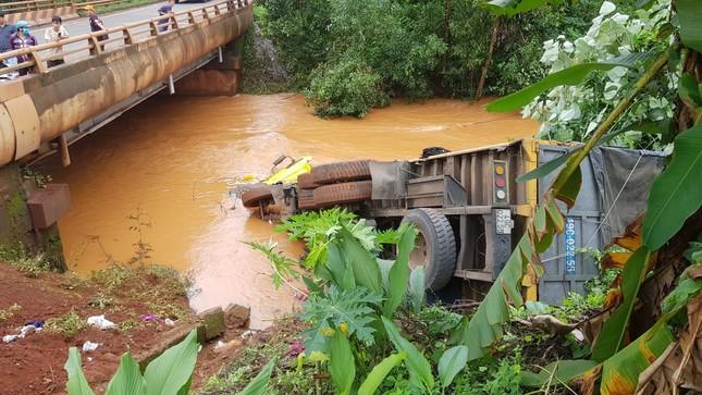 Xe tải lao xuống suối, tài xế may mắn thoát chết ảnh 1