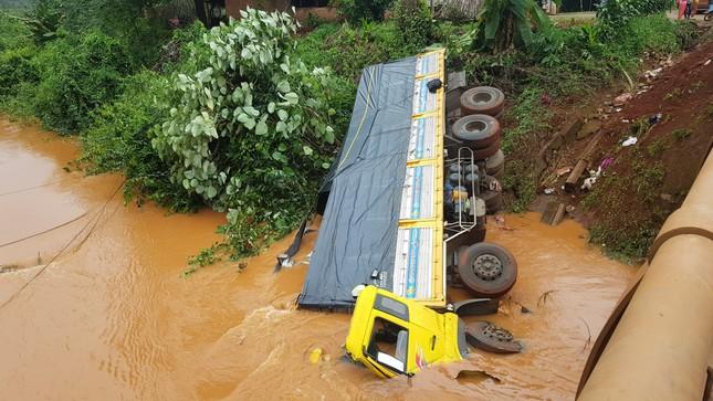 Xe tải lao xuống suối, tài xế may mắn thoát chết ảnh 2