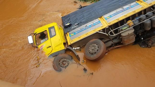 Xe tải lao xuống suối, tài xế may mắn thoát chết ảnh 3