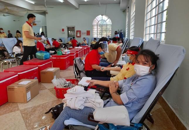 Nụ cười 'tỏa nắng' của các bạn trẻ tham gia hiến máu Chủ nhật Đỏ ảnh 10