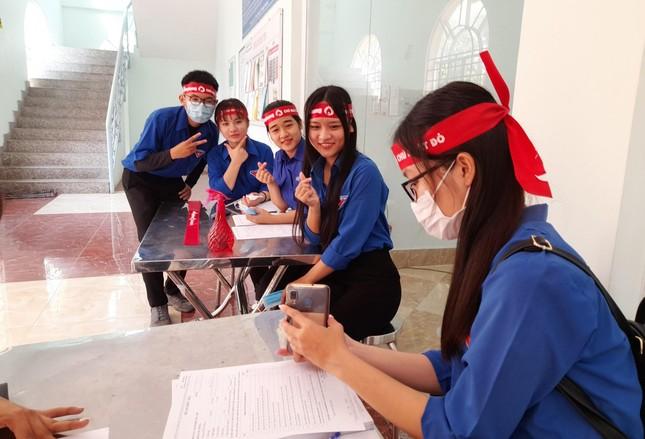 Nụ cười 'tỏa nắng' của các bạn trẻ tham gia hiến máu Chủ nhật Đỏ ảnh 15