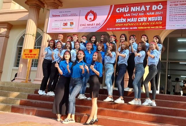 Nụ cười 'tỏa nắng' của các bạn trẻ tham gia hiến máu Chủ nhật Đỏ ảnh 16