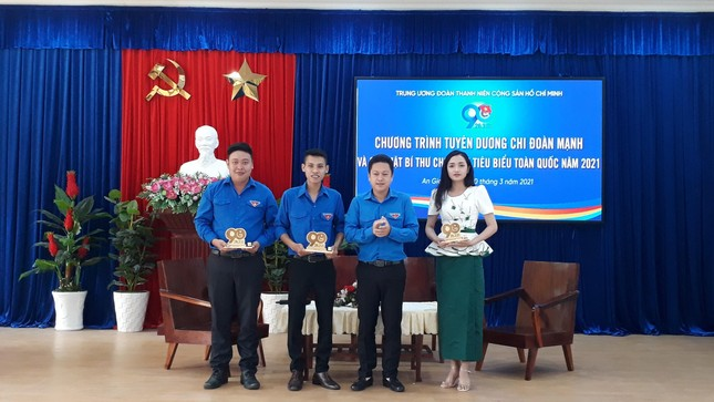 Central Delegation commend the Secretary of the Youth Union typical of Hau river cluster photo 5