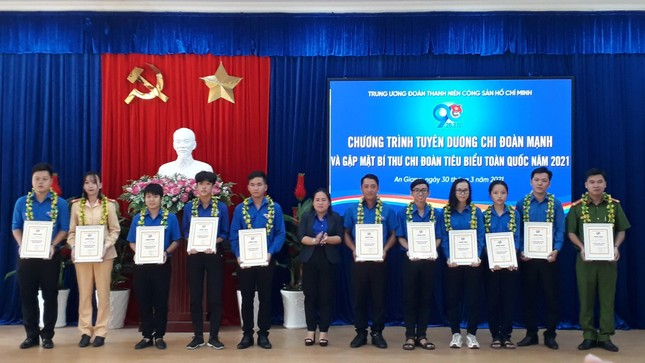 The Central Committee of the Delegation commends the Secretary of the Youth Union typical of Hau river cluster photo 6
