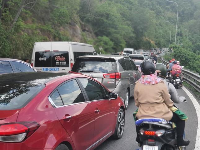Dòng người đổ xô lên Đà Lạt, kẹt xe nhiều giờ trên đèo Bảo Lộc ảnh 4